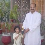 پرنسپل پاکستان ماڈرن ہائی سکول جناب شاہد بٹ فجر عظیم کو انعام دے رہے ہیں